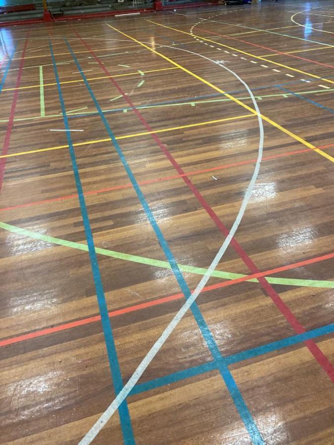 Afbeelding #000 voor het verhaal Te koop: de vloer en bankjes van Sporthal de Nassaulaan
