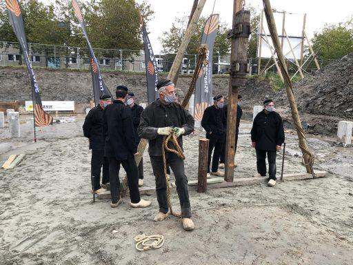 Afbeelding #016 voor het verhaal Wasschappelse Heiploeg slaat eerste paal De Zeeuwse Verzekeringen in Middelburg