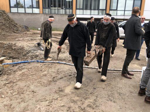 Afbeelding #017 voor het verhaal Wasschappelse Heiploeg slaat eerste paal De Zeeuwse Verzekeringen in Middelburg
