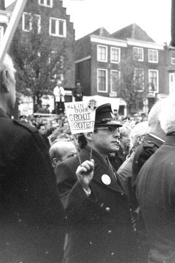 Afbeelding #000 voor het verhaal 1983: ambtenaren demonstreren op het Damplein in Middelburg