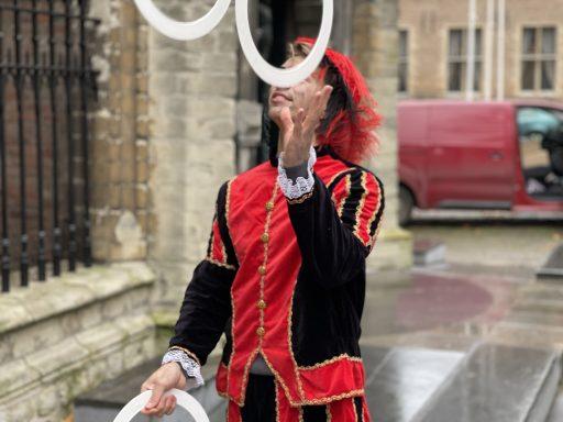 Afbeelding #002 voor het verhaal Ezra Veldman: jongleerpiet op het Abdijplein