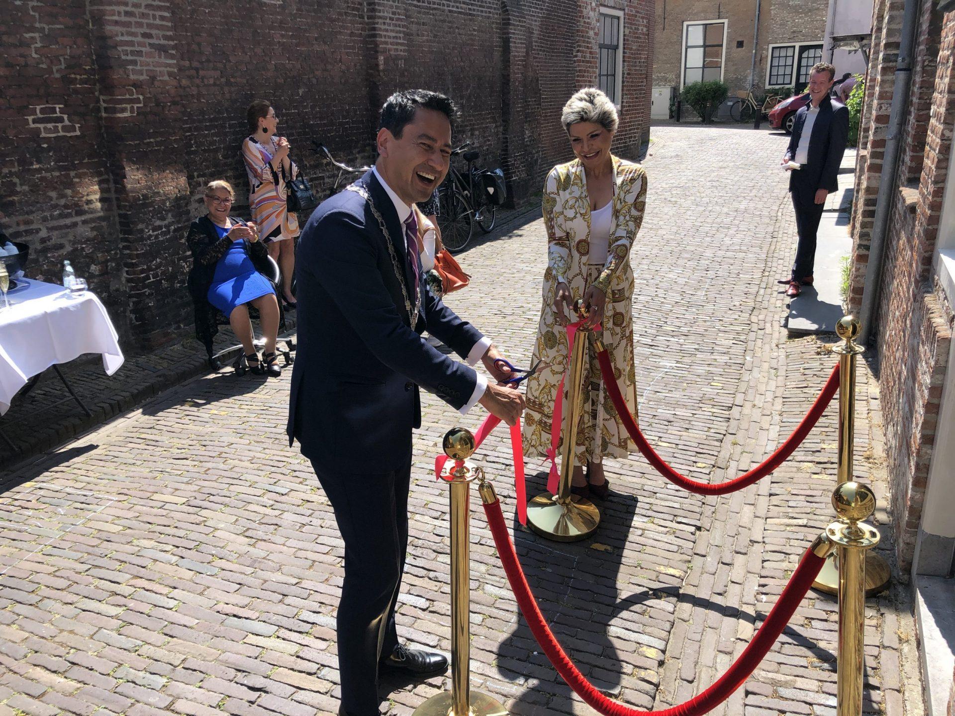 Afbeelding #000 voor het verhaal Burgemeester Bergmann heropent Azar Beauty in de Simpelhuisstraat in Middelburg