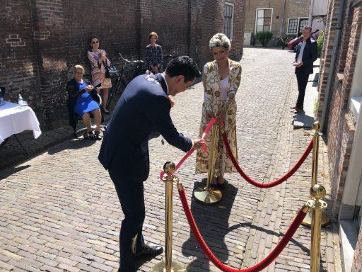 Afbeelding #002 voor het verhaal Burgemeester Bergmann heropent Azar Beauty in de Simpelhuisstraat in Middelburg