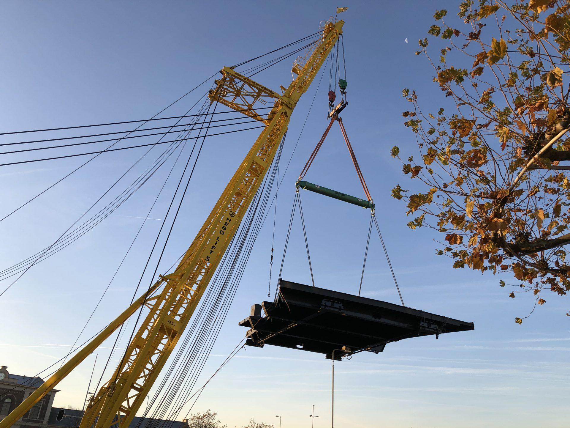 Afbeelding #000 voor het verhaal De aanbrug van de Stationsbrug ligt weer op z'n plek