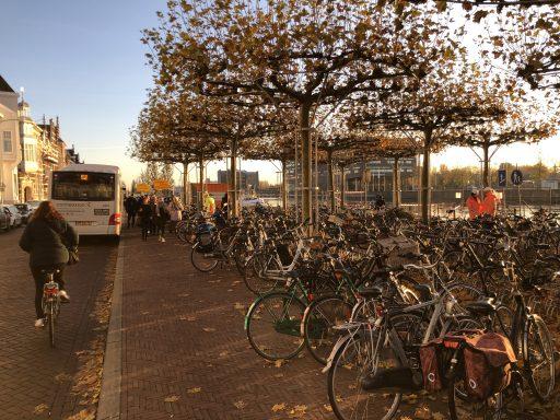 Afbeelding #002 voor het verhaal De aanbrug van de Stationsbrug ligt weer op z'n plek