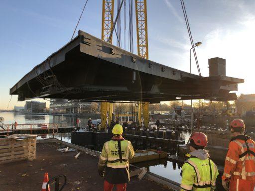 Afbeelding #004 voor het verhaal De aanbrug van de Stationsbrug ligt weer op z'n plek