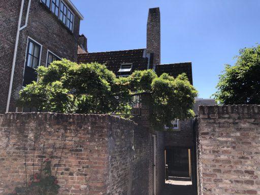 Afbeelding #000 voor het verhaal De achterkant van De Stad: het gangetje tussen de Heren- en Sint Janstraat in Middelburg