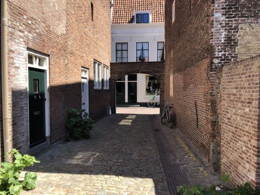 Afbeelding #001 voor het verhaal De achterkant van De Stad: het gangetje tussen de Heren- en Sint Janstraat in Middelburg