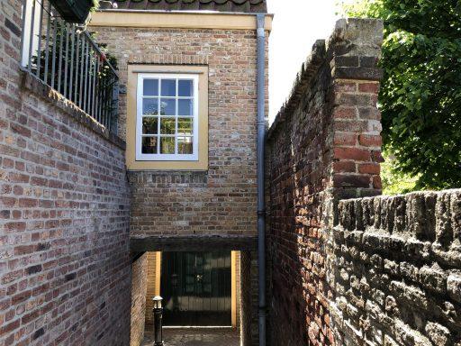 Afbeelding #002 voor het verhaal De achterkant van De Stad: het gangetje tussen de Heren- en Sint Janstraat in Middelburg