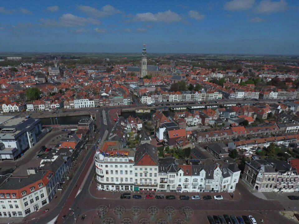 Afbeelding #000 voor het verhaal De Loskade in Middelburg, gezien vanuit een drone