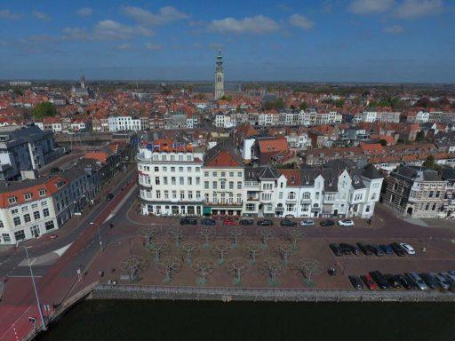 Afbeelding #001 voor het verhaal De Loskade in Middelburg, gezien vanuit een drone