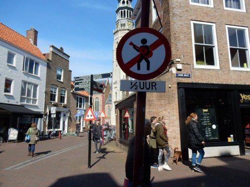 Afbeelding #000 voor het verhaal De ludieke verkeersborden van goudsmid Bert van Wijk
