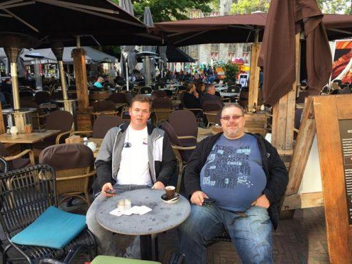 Afbeelding #000 voor het verhaal De twee kermisspecialisten van Middelburg, samen op het terras