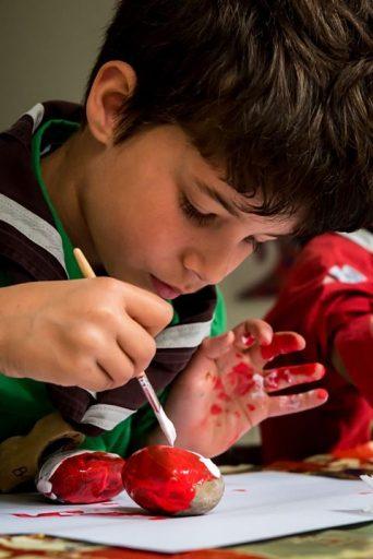 Afbeelding #000 voor het verhaal Dodenherdenking 2020: kiezelstenen beschilderen met de scouts van Middelburg