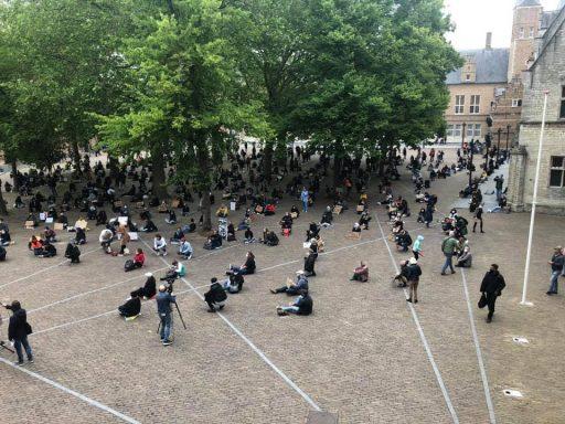 Afbeelding #000 voor het verhaal Een vol Abdijplein tijdens de demonstratie tegen racisme vandaag