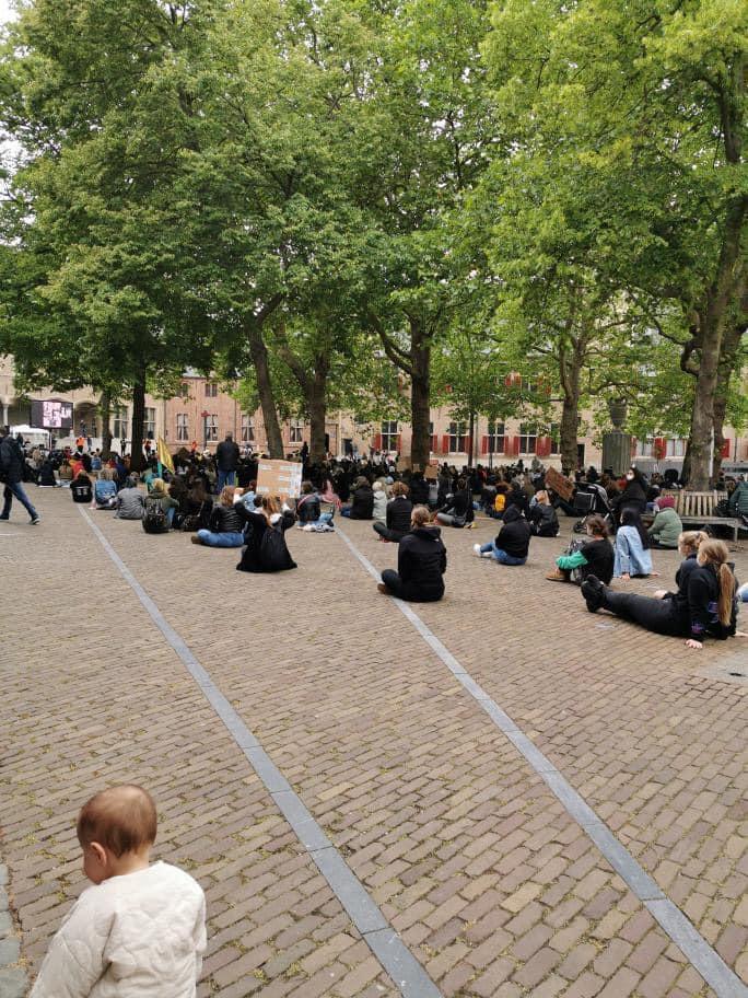 Afbeelding #001 voor het verhaal Een vol Abdijplein tijdens de demonstratie tegen racisme vandaag