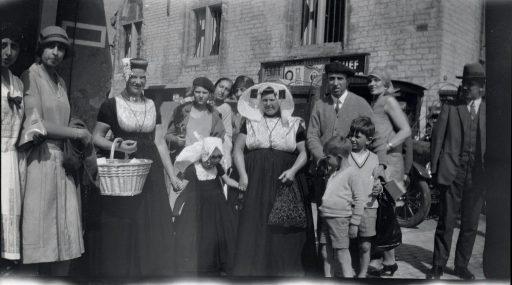 Afbeelding #000 voor het verhaal Historische foto's: Zeeuwen in Middelburg, in klederdracht