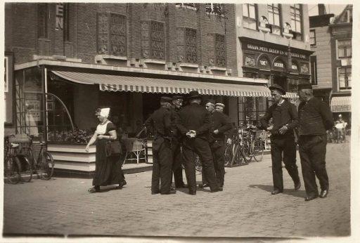 Afbeelding #001 voor het verhaal Historische foto's: Zeeuwen in Middelburg, in klederdracht