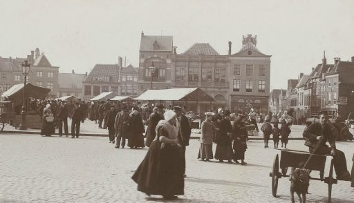 Afbeelding #003 voor het verhaal Historische foto's: Zeeuwen in Middelburg, in klederdracht