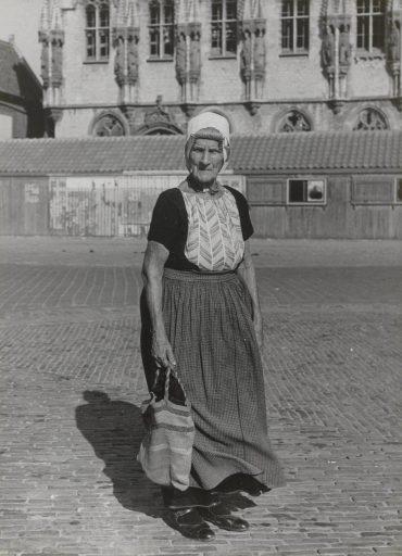 Afbeelding #004 voor het verhaal Historische foto's: Zeeuwen in Middelburg, in klederdracht