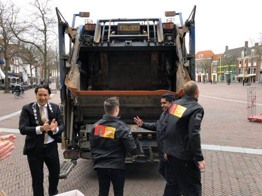 Afbeelding #004 voor het verhaal Inzameling oud papier en plastic officieel overgedragen aan de VOM