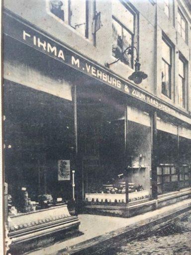 Afbeelding #000 voor het verhaal Jaren 30: de winkel van Verburg in de Gravenstraat