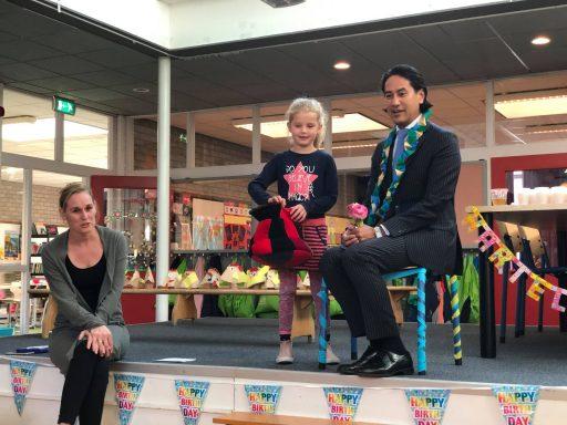 Afbeelding #000 voor het verhaal Kinderen Acaciahof Middelburg feliciteren burgemeester Bergmann