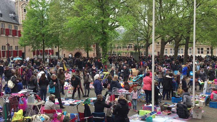 Afbeelding #000 voor het verhaal Kleedjesmarkt Abdijplein Middelburg 5 mei 2017