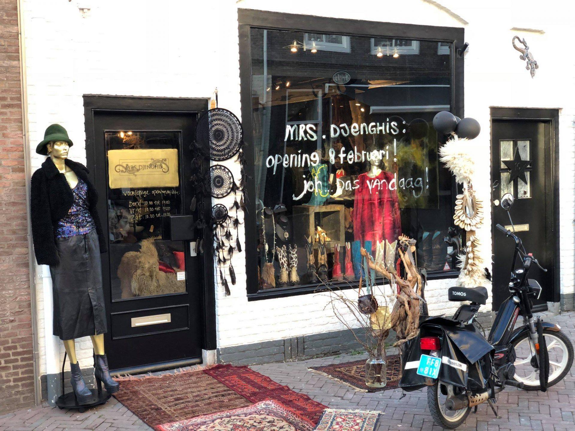 Afbeelding #000 voor het verhaal Laarzen, hoeden en sieraden: Mrs. Djenghis geopend in de Gravenstraat in Middelburg