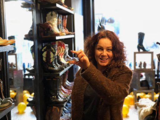 Afbeelding #001 voor het verhaal Laarzen, hoeden en sieraden: Mrs. Djenghis geopend in de Gravenstraat in Middelburg