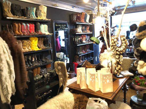 Afbeelding #003 voor het verhaal Laarzen, hoeden en sieraden: Mrs. Djenghis geopend in de Gravenstraat in Middelburg