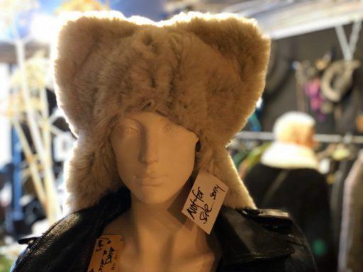 Afbeelding #004 voor het verhaal Laarzen, hoeden en sieraden: Mrs. Djenghis geopend in de Gravenstraat in Middelburg