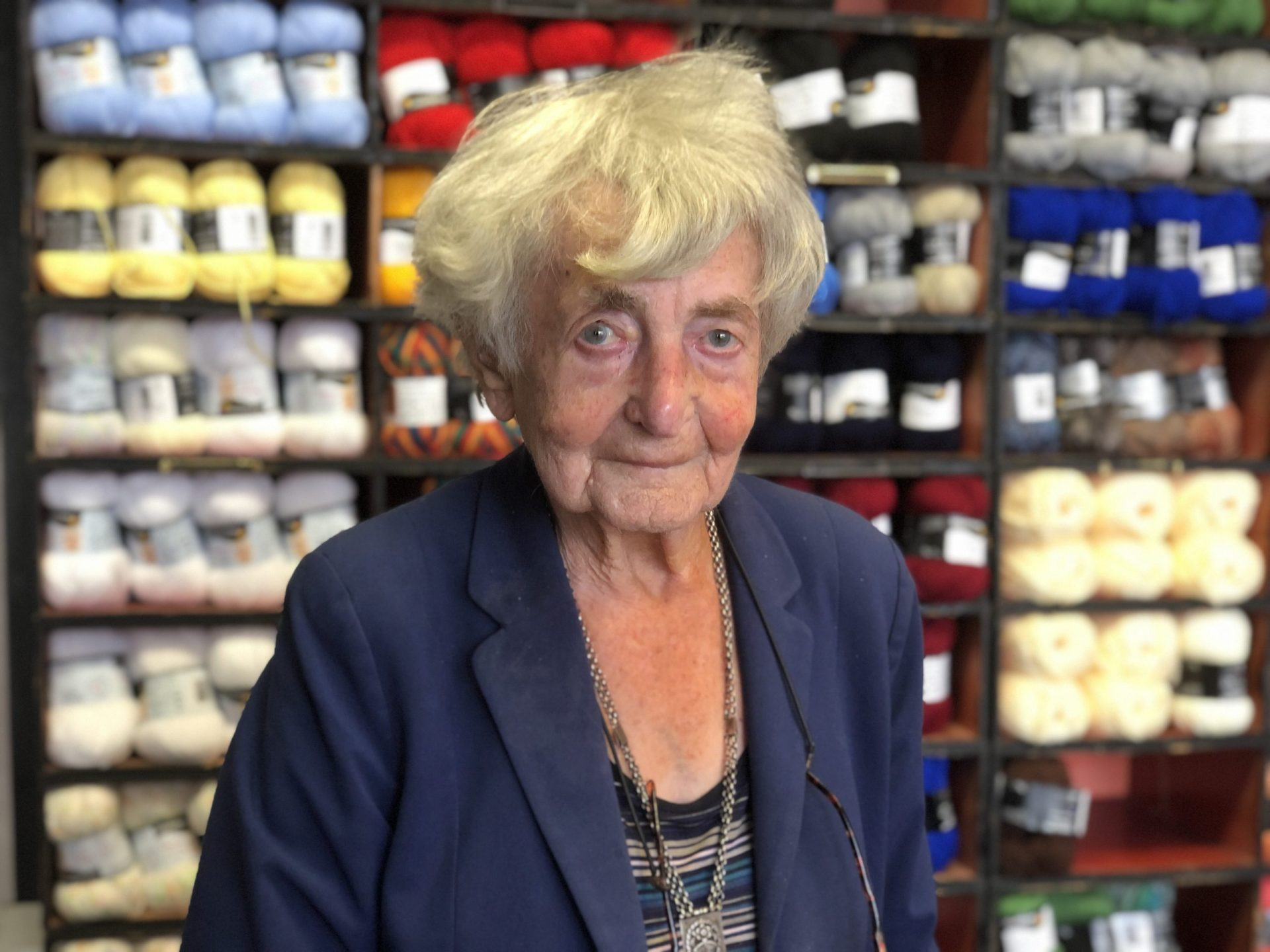 Afbeelding #000 voor het verhaal Louter geluk: mevrouw Mes (99) blijft ondernemen aan de Pottenmarkt!