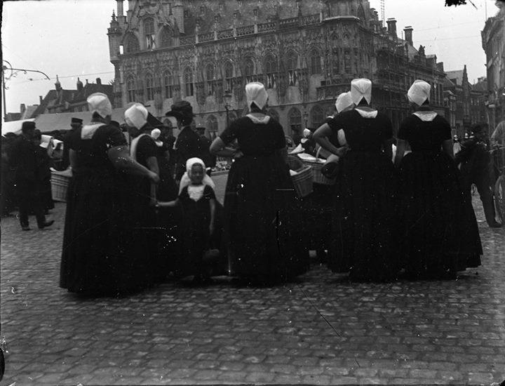 Afbeelding #000 voor het verhaal Marktdag in Middelburg, begin 20e eeuw, herkomst onbekend