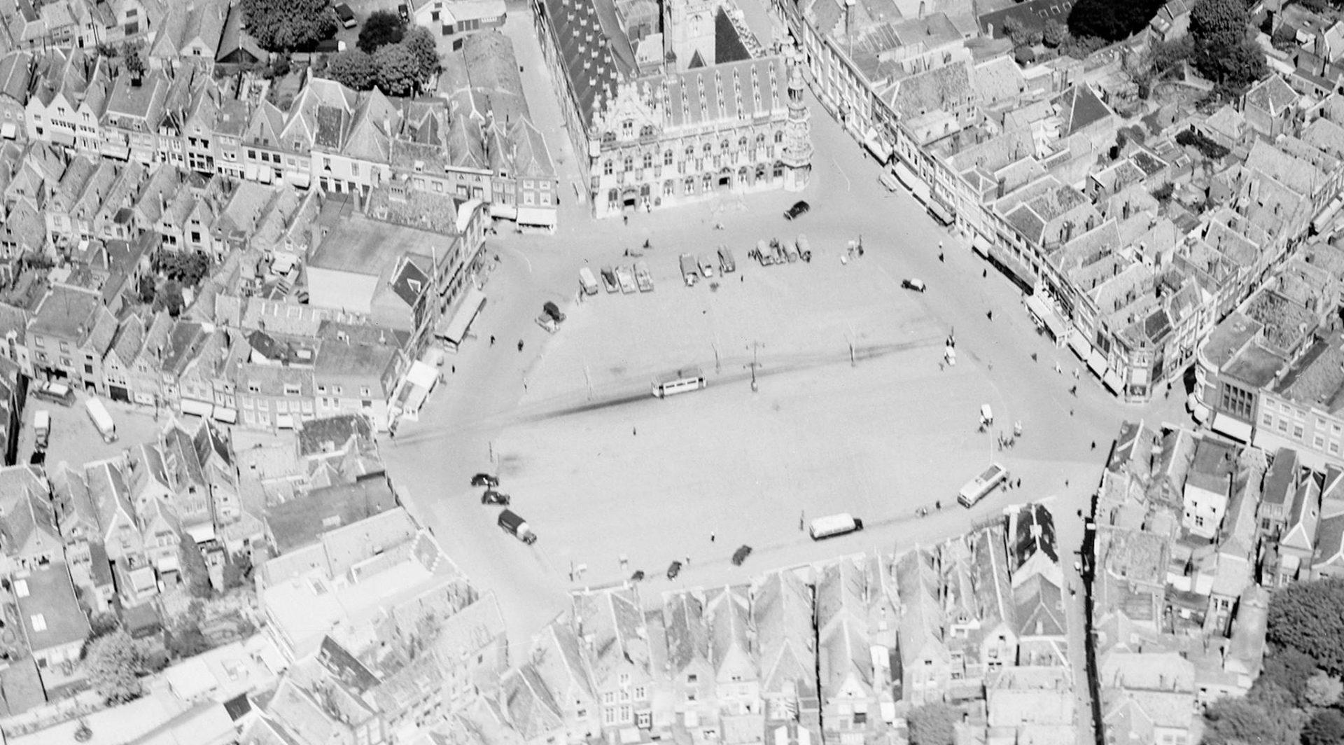 Afbeelding #000 voor het verhaal Middelburg vanuit de lucht: het NIMH geeft oude foto's vrij