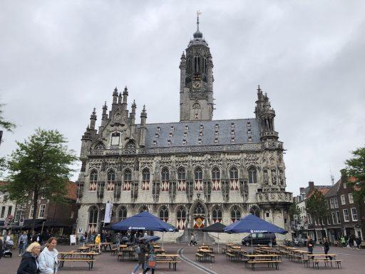 Afbeelding #001 voor het verhaal Onder Malle Betje geopend op de Markt in Middelburg