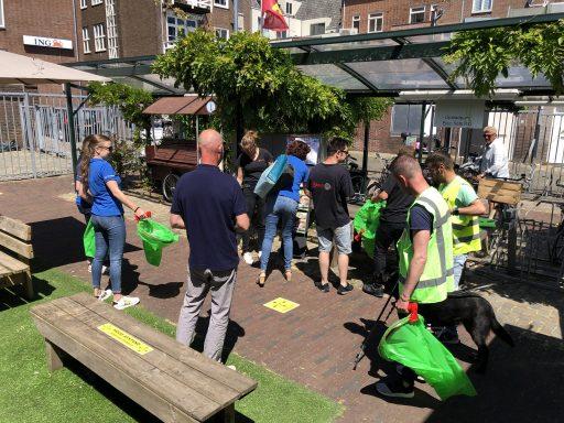 Afbeelding #002 voor het verhaal Ondernemers Middelburg ruimen zwerfafval op