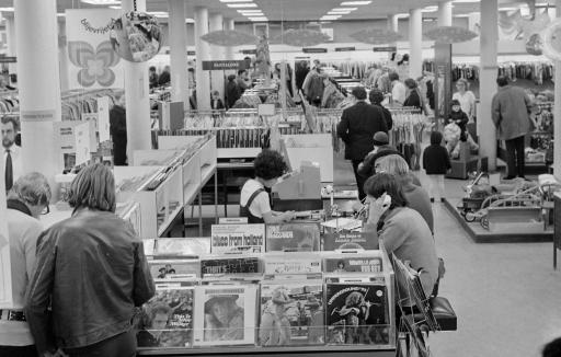 Afbeelding #000 voor het verhaal Plaatjes luisteren in Vroom en Dreesmann Middelburg, april 1970