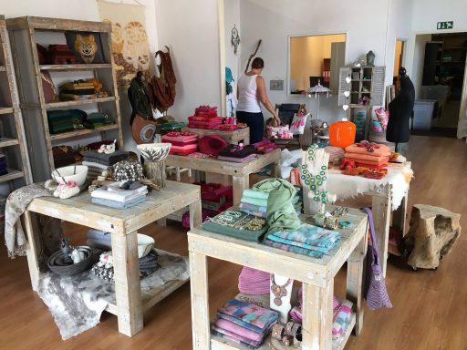 Afbeelding #001 voor het verhaal Sjaal met verhaal opent een showroom in Middelburg