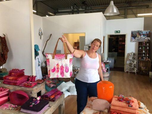 Afbeelding #004 voor het verhaal Sjaal met verhaal opent een showroom in Middelburg