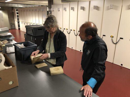 Afbeelding #000 voor het verhaal Uit de schatkamer van ZB: Marinus en Marijn over EHBO voor oude boeken