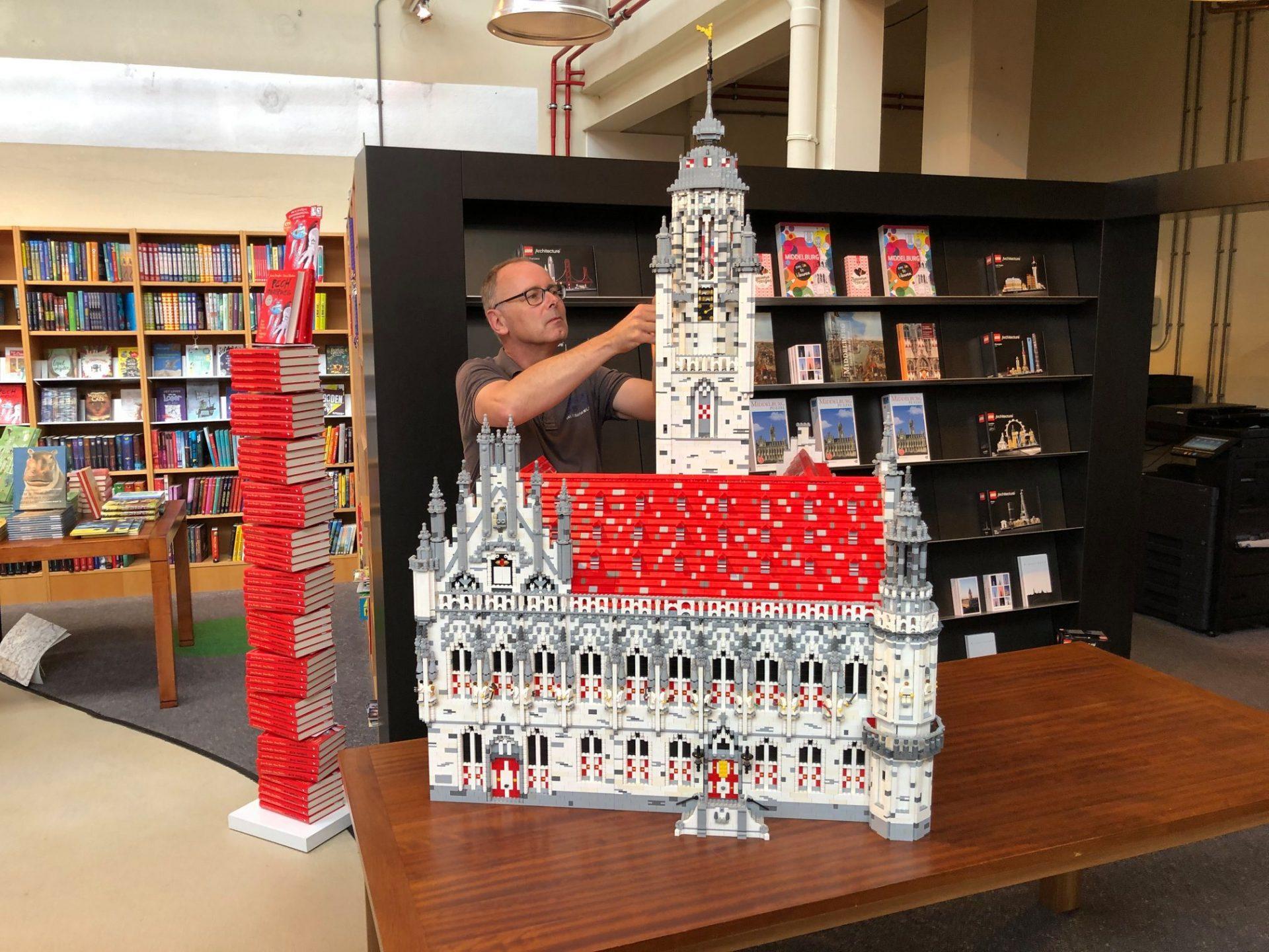 Afbeelding #000 voor het verhaal Vanaf nu te zien in De Drvkkery: het stadhuis van Middelburg in LEGO