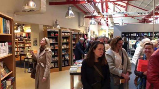 Afbeelding #000 voor het verhaal Video: een lange rij voor Nicci French, in De Drvkkery