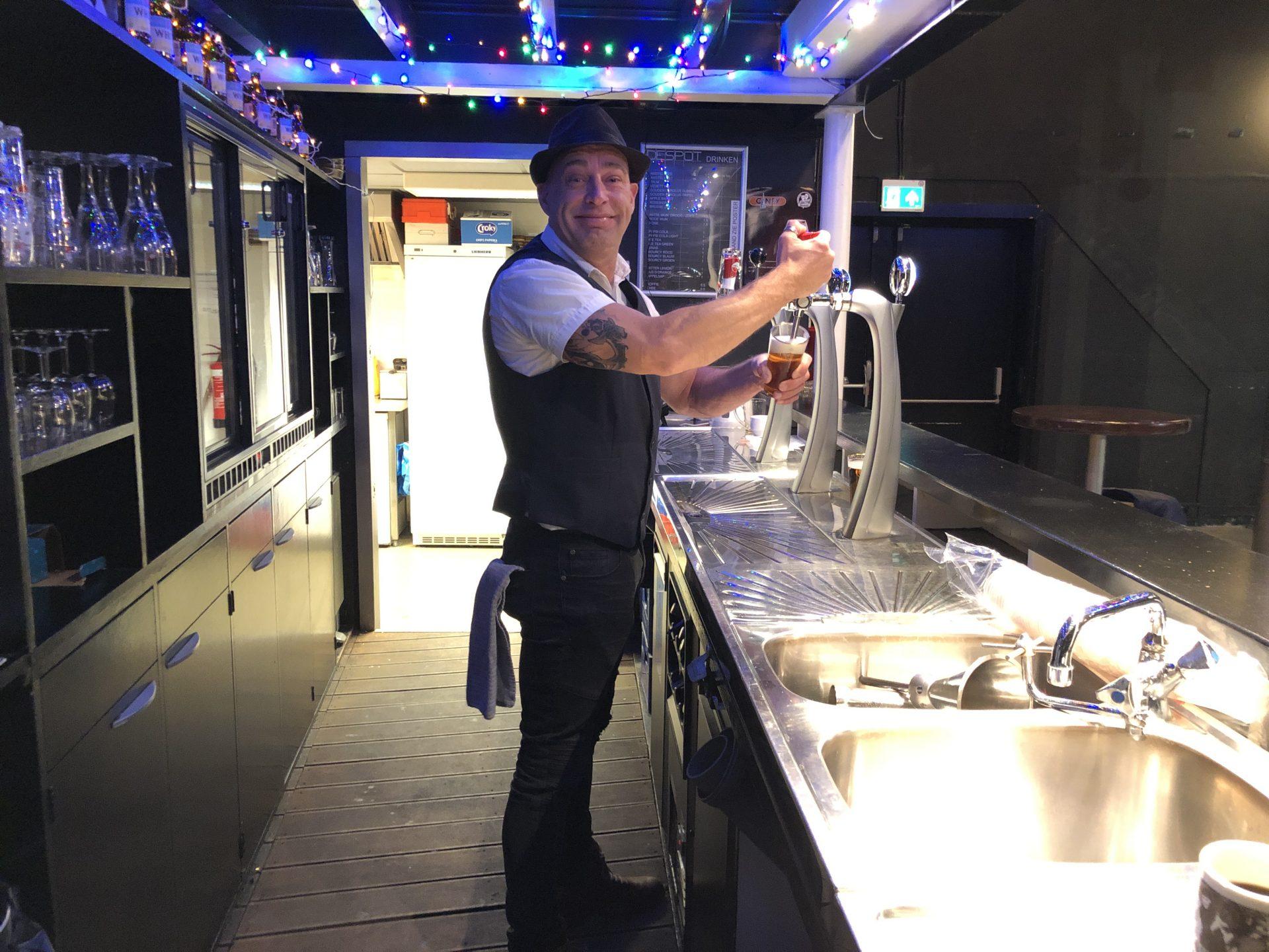 Afbeelding #000 voor het verhaal Volharding loont: Richard van Reijen als barman in De Spot