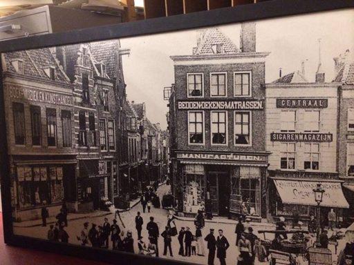 Afbeelding #000 voor het verhaal Voor de liefhebber: een oude foto van de hoek Markt/Gravenstraat in Middelburg
