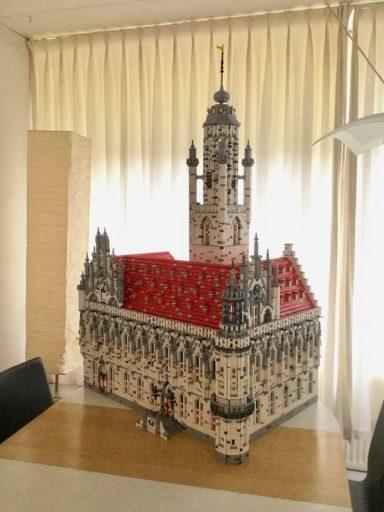 Afbeelding #000 voor het verhaal Waanzinnig! Het stadhuis van Middelburg...in LEGO