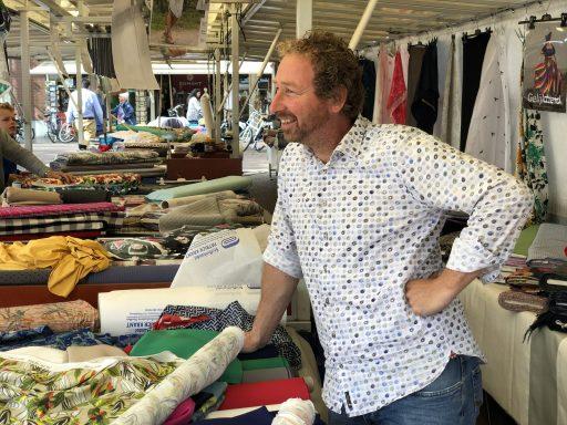 Afbeelding #000 voor het verhaal Weekmarkt Middelburg: een kijkje in de kraam bij... Patrick Krant Stoffen