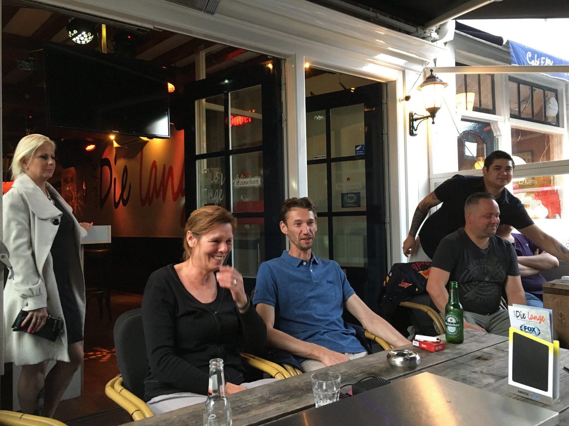 Afbeelding #000 voor het verhaal Welkom bij de VOM, Café Die Lange!