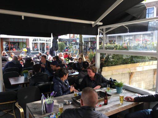 Afbeelding #002 voor het verhaal Welkom bij de VOM, Café Die Lange!