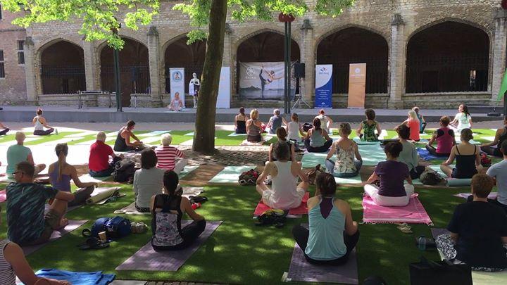 Afbeelding #000 voor het verhaal Yoga op het Abdijplein in Middelburg, 21 juni 2017